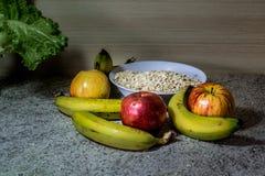 Avena y frutas fotos de archivo libres de regalías