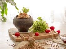 Avenas mondadas de alforfón, tomates, comida de la verdura de la miel del aceite vegetal Foto de archivo libre de regalías