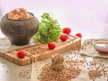 Avenas mondadas de alforfón, tomates, miel del aceite vegetal Imagen de archivo libre de regalías