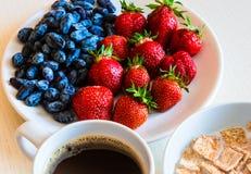 Avenas sanas del desayuno con la fresa roja madura, azul ho Foto de archivo libre de regalías