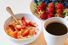 Avenas sanas del desayuno con la fresa roja madura, azul ho Imagenes de archivo