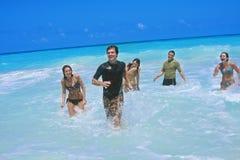 Avendo divertimento alla spiaggia Fotografia Stock Libera da Diritti