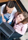 Avendo divertimento con il computer portatile nel paese Fotografia Stock