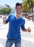 Avenida的Atlantica巴西人在显示拇指的里约热内卢 免版税库存图片