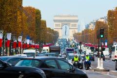 avenida Champs-Elysees - uno de atracciones turísticas famosas adentro fotos de archivo