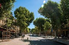 Avenida com árvores e povos em Aix-en-Provence Imagens de Stock Royalty Free