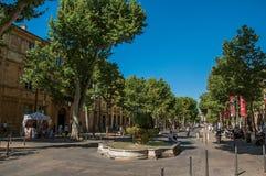 Avenida com árvores e povos em Aix-en-Provence Fotografia de Stock Royalty Free