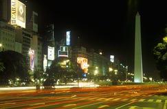 Avenida 9 de朱利奥、最宽的大道在世界上和El Obelisco,方尖碑在晚上,布宜诺斯艾利斯,阿根廷 免版税库存照片