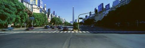 Avenida 9 de朱利奥、最宽的大道在世界上和El Obelisco,方尖碑,布宜诺斯艾利斯,阿根廷全景  免版税库存图片