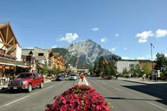 Avenida de Banff el 4 de agosto de 2011 en Alberta, Canadá Imagen de archivo