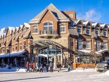 Avenida de Banff en invierno Imagen de archivo libre de regalías