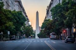 Avenida de Corrientes con el obelisco en el fondo - Buenos Aires, la Argentina imagen de archivo libre de regalías