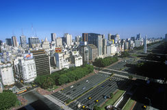 Avenida 9 de Julio, breiteste Allee in der Welt und EL Obelisco, der Obelisk, Buenos Aires, Argentinien Lizenzfreies Stockbild