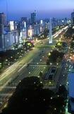 Avenida 9 de Julio, l'avenue la plus large dans le monde, et l'EL Obelisco, l'obélisque au crépuscule, Buenos Aires, Argentine Images stock