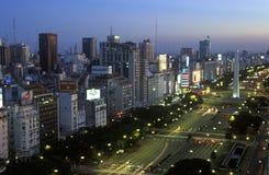 Avenida 9 de Julio, l'avenue la plus large dans le monde, et l'EL Obelisco, l'obélisque au crépuscule, Buenos Aires, Argentine Photo libre de droits