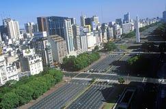 Avenida 9 de Julio, mest bred aveny i världen och El Obelisco, obelisken, Buenos Aires, Argentina Royaltyfria Bilder