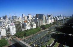Avenida 9 de Julio, mest bred aveny i världen och El Obelisco, obelisken, Buenos Aires, Argentina Royaltyfri Bild