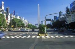 Avenida 9 de Julio, mest bred aveny i världen och El Obelisco, obelisken, Buenos Aires, Argentina Royaltyfri Foto