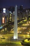 Avenida 9 de Julio, mest bred aveny i världen och El Obelisco, obelisken på natten, Buenos Aires, Argentina Arkivbild