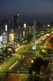 Avenida 9 de Julio, mest bred aveny i världen och El Obelisco, obelisken på natten, Buenos Aires, Argentina Arkivfoto