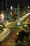Avenida 9 de Julio, mest bred aveny i världen och El Obelisco, obelisken på natten, Buenos Aires, Argentina Arkivbilder