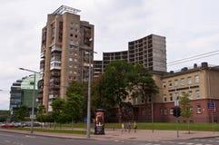 Avenida de Konstitucijos en la ciudad de Vilna con los edificios viejos y nuevos Imagen de archivo libre de regalías