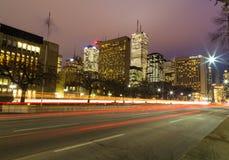 Avenida de la universidad en Toronto en la noche Fotos de archivo libres de regalías