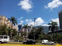 Avenida de México com uma vista da montanha de Avila na Venezuela de Caracas imagem de stock royalty free