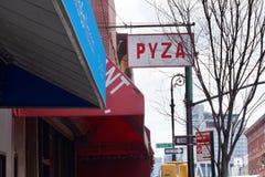 Avenida de Nassau , Greenpoint, Brooklyn, NY - muestra de Pyza, restaurante polaco imágenes de archivo libres de regalías