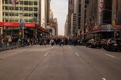 Avenida de New York City con cruzar de los compradores del día de fiesta imágenes de archivo libres de regalías
