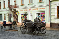 Avenida de Olga Kobylyanska con el carro del hierro, calle peatonal, Chernivtsi, Ucrania Fotos de archivo libres de regalías