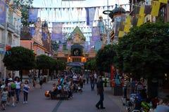 Avenida de parque temático vibrante na noite Fotografia de Stock