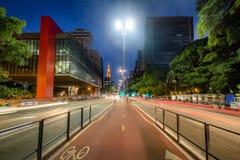 Avenida de Paulista e Sao Paulo Museum de MASP da arte na noite - Sao Paulo, Brasil imagem de stock royalty free
