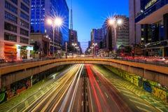 Avenida de Paulista en el crepúsculo en Sao Paulo Imagen de archivo libre de regalías