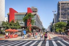 Avenida de Paulista fechado aos carros em domingo e ao Sao Paulo Museum de MASP da arte - Sao Paulo, Brasil imagens de stock royalty free