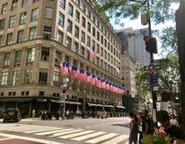Avenida de Saks 5a com bandeiras Imagem de Stock Royalty Free