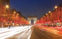 A avenida do arco triunfal e do Champs-Elysees iluminou para o Natal 2018, Paris imagem de stock royalty free