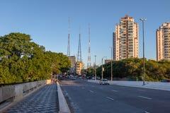 Avenida Doutor Arnaldo i den Sumare grannskapen - Sao Paulo, Brasilien Arkivbilder