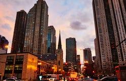 Avenida en la noche, Chicago Illinois, los E.E.U.U. de Michigan fotografía de archivo