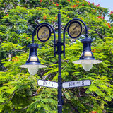 Avenida histórica do cruzamento 5o e 6o do sinal de rua em Nápoles, Florida Fotografia de Stock
