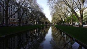 A Avenida Konigsallee Canal do rei, Dusseldorf, Alemanha video estoque