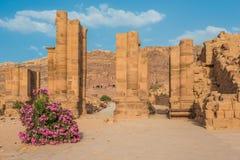 A avenida romana de Hadrien Gate na cidade nabatean de PETRA Jordão imagens de stock royalty free