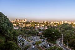 Avenida Sumare och flyg- sikt av den Sumare och Perdizes grannskapen - Sao Paulo, Brasilien Royaltyfri Foto