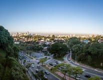 Avenida Sumare och flyg- sikt av den Sumare och Perdizes grannskapen - Sao Paulo, Brasilien Arkivbild