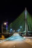 Avenida vacía - telegrafíe el puente permanecido en Sao Paulo - el Brasil - en la noche foto de archivo