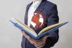 Avenir de concept de réseau de technologie, homme d'affaires tenant le réseau mondial Photos stock