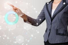 Avenir de concept financier d'affaires, homme d'affaires touchant le graphique croissant avec des symboles de finances Image libre de droits