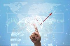 Avenir de concept financier d'affaires, homme d'affaires touchant le graphique croissant avec des symboles de finances Photo libre de droits