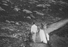 Avenir partagé Couples romantiques en belles montagnes Photo stock