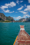 Aventúrese en Khao Sok, barco tailandés del tradiotional. Lago exótico asia. Fotos de archivo libres de regalías